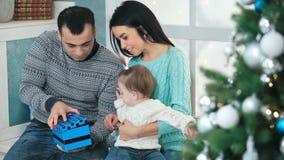 öppnande aktuell tree för julfamiljframdel arkivfilmer