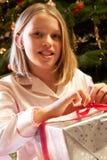 öppnande aktuellt barn för julflicka royaltyfri fotografi