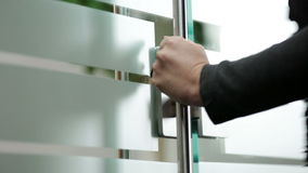 Öppnande glass dörr för kvinna till kontoret
