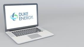 Öppnande och stängande bärbar dator med den Duke Energy logoen tolkning 4K redaktörs- 3D Arkivfoton