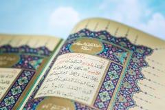 Öppnande sidor av Qur för helig bok ` med molnet Arkivbild