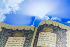 Öppnande sidor av Qur för helig bok ` med molnet Arkivfoton