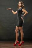 Öppnar bärande armbandhåll för elegant kvinna handen Arkivbild