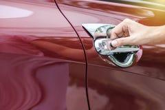 Öppnar den övre bilden för slutet av kvinnor dörren för bil` s royaltyfri bild