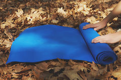 Öppnar den övre sikten för slutet av blått yoga som är matt för övning Royaltyfria Bilder