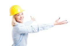 Öppnar den bärande hjälmen för damteknikern som poserar med armar Arkivfoton