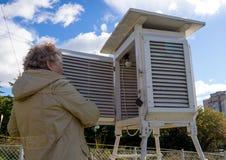 Öppnar det psychrometric båset för meteorologen på väderstationen Arkivfoto