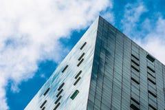 Öppnar glass fasader för vinkeln av ett fönster med fönstren lunetten, luftlufthål av finansiella skyskrapor, ett hörn av en bygg royaltyfri fotografi