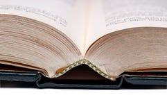 öppnar täta gammala för bok upp Arkivbild