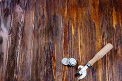 Öppnare och lock från öl på en trätabell Ram Frigör stället Arkivbild