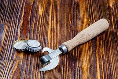 Öppnare och lock från öl på en trätabell Ram Frigör stället Royaltyfri Foto