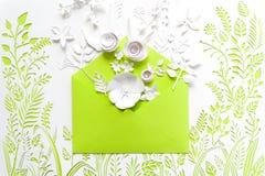 Öppnat hantverkpapperskuvert mycket av vårblomningsakura pappers- blommor Royaltyfri Bild