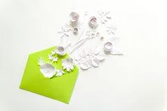 Öppnat hantverkpapperskuvert mycket av vårblomningsakura pappers- blommor på vit bakgrund Top beskådar Begrepp av förälskelse Royaltyfri Foto
