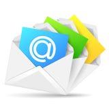 Öppnat kuvert med det färgrika pappers- arket Arkivfoton