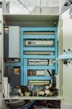 Öppnat låg-spänning kabinett för HVAC-system på väggen av det industriella ventilationsrummet Royaltyfri Bild