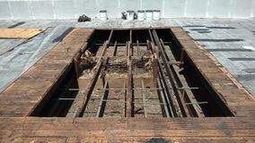 Öppnat takområde för takläckareparationer på det kommersiella plana taket; taklägga Arkivbilder