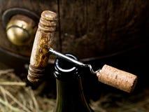 Öppning av en vinflaska med korkskruvet royaltyfri foto