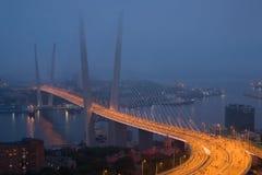 Öppning av inställningsbron i Vladivostok royaltyfria foton