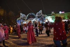 Öppning av julgranen i mitten av Tyumen Arkivfoton