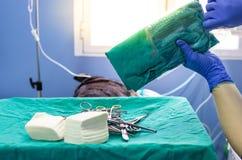 Öppning av kirurgiskt sterilt material för en kirurgi royaltyfria foton