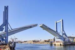 Öppning av klaffbron i Porto royaltyfri foto