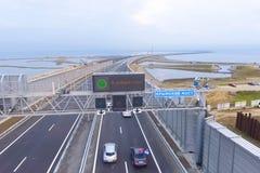 Öppning av rörelsen på den Crimean bron Inskriften i en bra väg royaltyfri fotografi