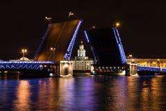 Öppning av slottbron i St Petersburg Sikt av Kunstkammeren över bron, Ryssland arkivbild