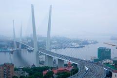 Öppning av vägbron i Vladivostok royaltyfri foto
