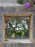 Öppning för stenvägg Arkivfoto
