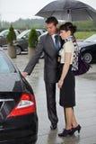 Öppningsdörr för ung man av bilen för kvinna Fotografering för Bildbyråer