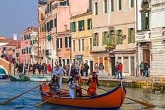 Öppningskarnevalprocession på Venedig, Italien 13 Royaltyfri Bild