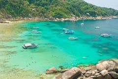 öpunktrocken seglar den similan thailand sikten Arkivfoto