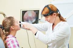 Öra näsa, undersöka för hals ENT doktor med en barnpatient och endoscope royaltyfri foto