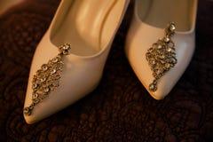 Örhängen är på de ljusa skorna Royaltyfria Foton