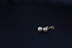Örhängen av vita pärlor Fotografering för Bildbyråer