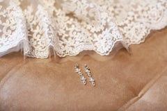 Örhängen för brudar med vit snör åt, modetillbehör som gifta sig smycken arkivbild