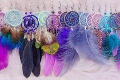Örhängen för kvinna` s av Dreamcatcher med fjädrar royaltyfri fotografi