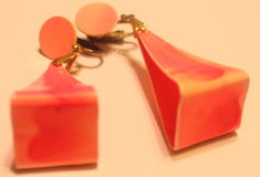 Örhängen för triangel för tappning80-tal rosa Royaltyfri Fotografi