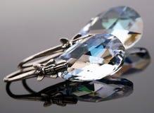 Örhängen från oxiderad silver med kristallen Arkivbild