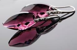 Örhängen från oxiderad silver med kristallen Arkivfoto