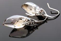 Örhängen från oxiderad silver med kristallen Arkivfoton
