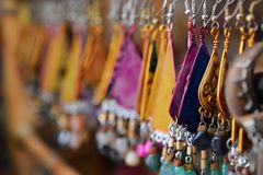 Örhängen och smycken i tunnlandet, Akko, marknad med kryddor och lokala arabiska produkter, norr Israel arkivbilder