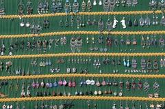 Örhängen som är till salu på marknaden på kajen i Marsaxlokk Malta Arkivfoton