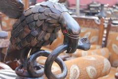 örn och en orm Arkivfoto