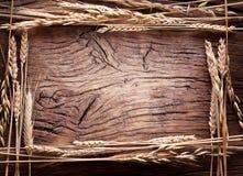 Öron av vete i formramen på gammalt trä Royaltyfri Foto