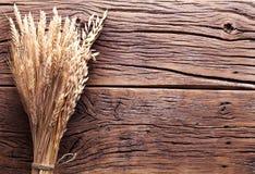 Öron av vete på gammalt trä. Arkivfoto