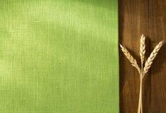 Öron av vete på trä Royaltyfri Fotografi