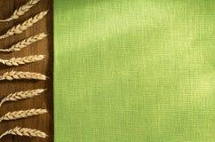 Öron av vete på trä Arkivfoton