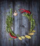 Ört- och kryddarundaram på blå träbakgrund, bästa sikt arkivbilder