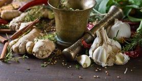 Örtar och kryddor på ett trä bordlägger Royaltyfri Foto